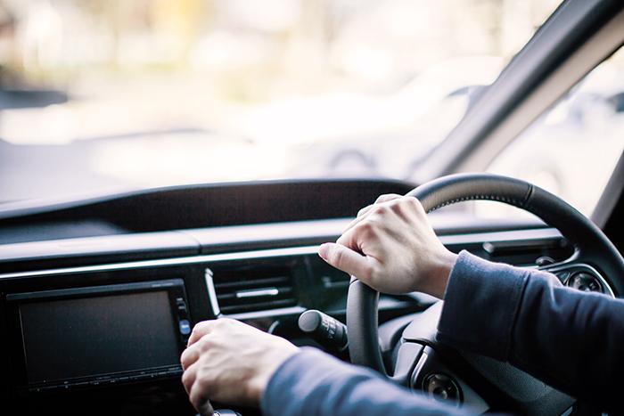 車の運転をする男性
